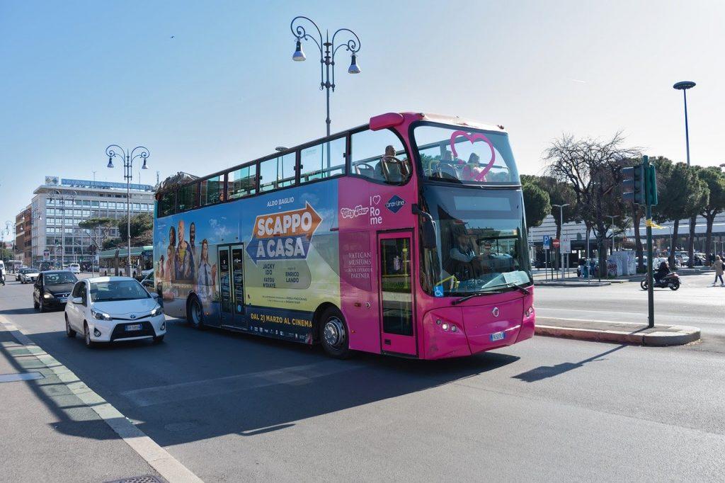 Kurztrip nach Rom - Reisebus mit einer Stadtrundfahrt durch die Groß- und Hauptstadt Italiens. Bild von Petya Stoycheva auf Pixabay.